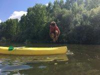 从独木舟上跳下来