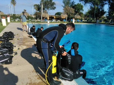在Tarifa的池中潜水洗礼2-3小时