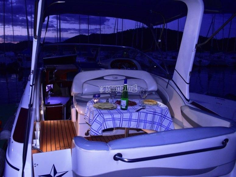 Mesa preparada en el barco