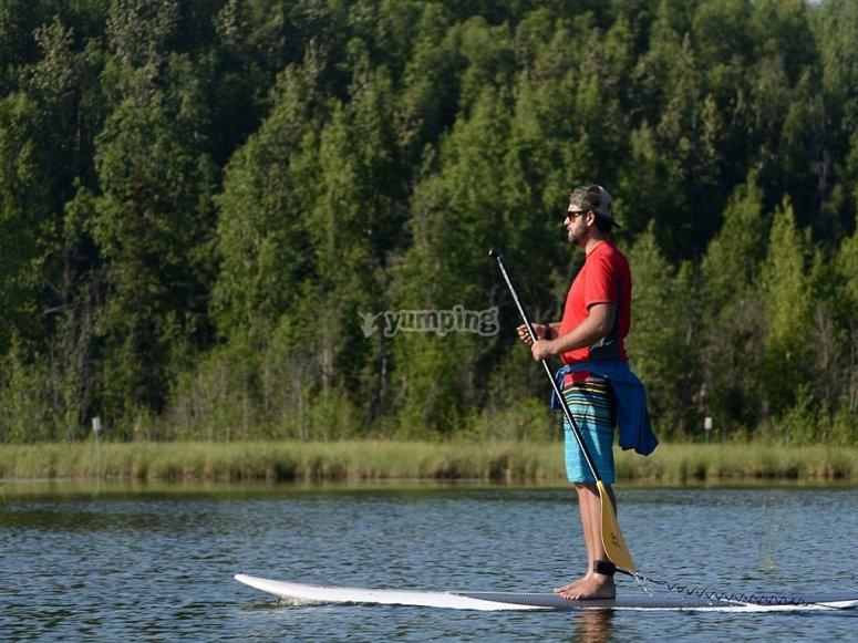 Chico practicando SUP en aguas tranquilas
