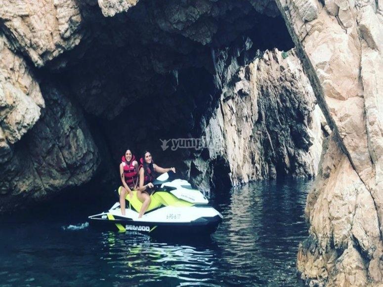 moto de agua en cueva marina