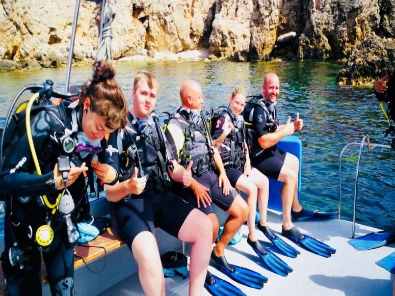grupo de scuba preparado para inmersion