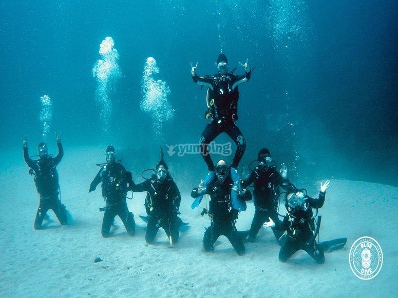 男子潜水在海上