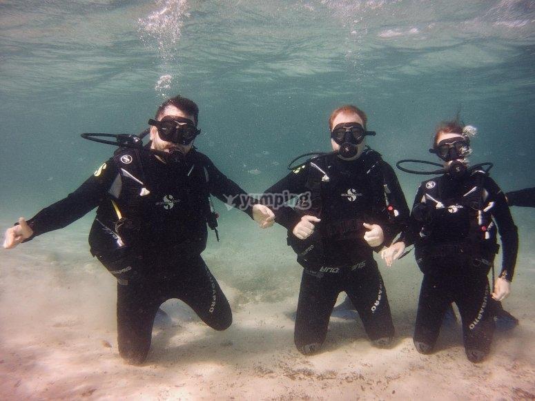三个男孩潜水