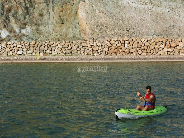 男子划皮艇