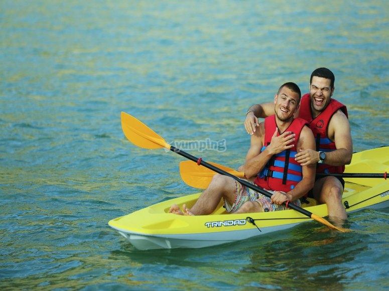 男孩皮划艇到阿马里洛带背心