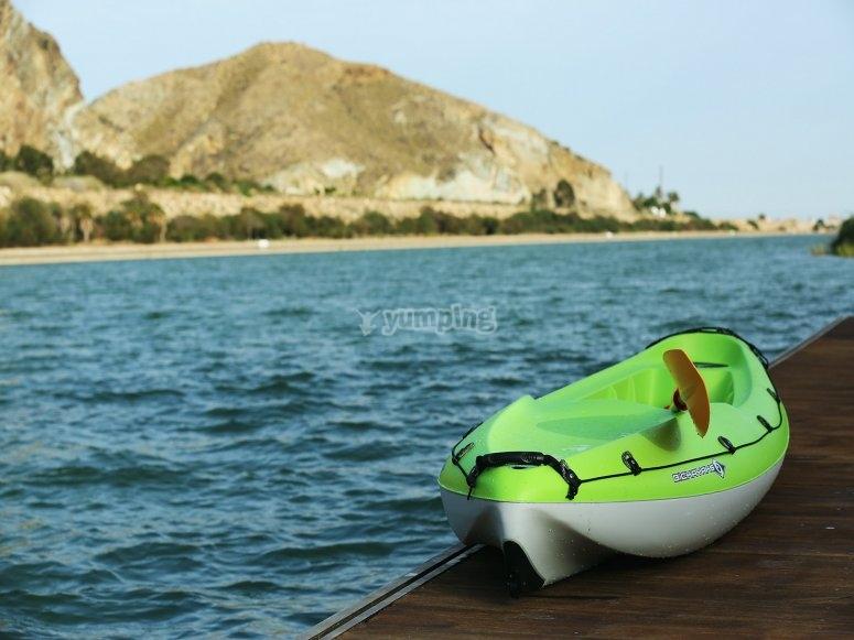 个人皮划艇在码头