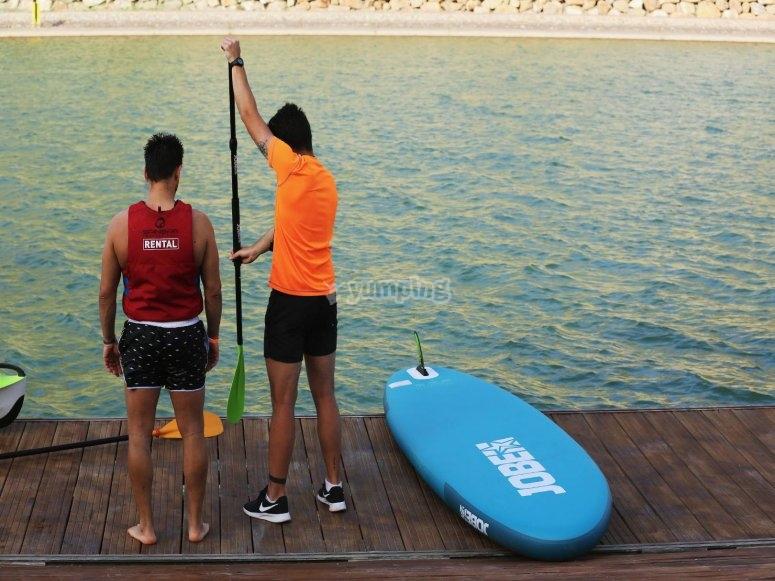 monitor aconsejando sobre paddle surf