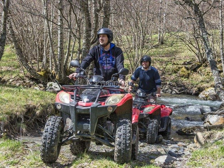 Atravesando el bosque en quad