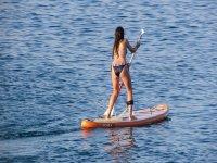 女孩划桨冲浪板