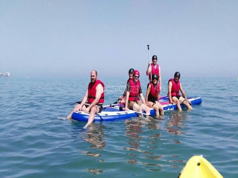 在Benalmadena与朋友一起划桨