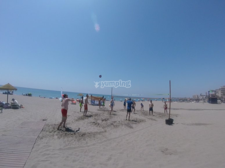 Partida de voley en playa de Carvajal