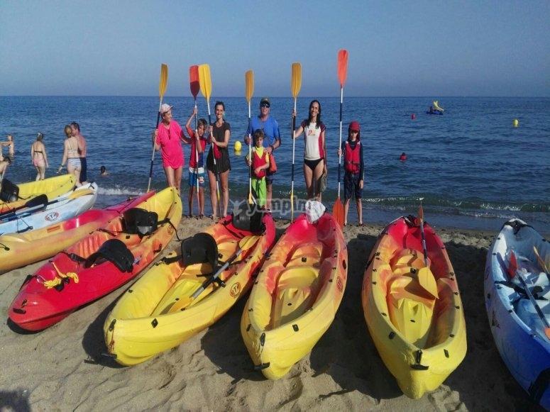 Posando con los remos tras los kayaks
