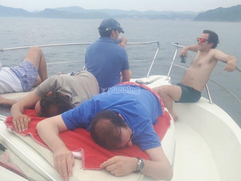 在甲板上休息
