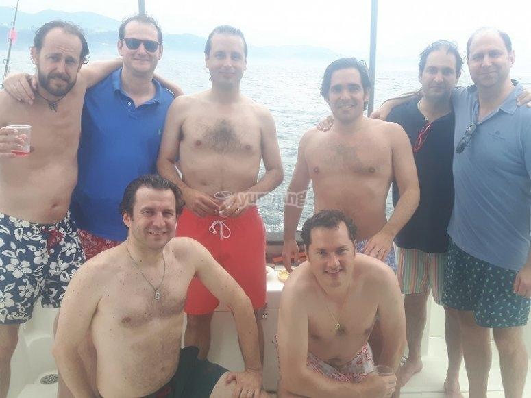 Grupo de chicos a bordo