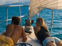 日落帆船浪漫的日落船甲板