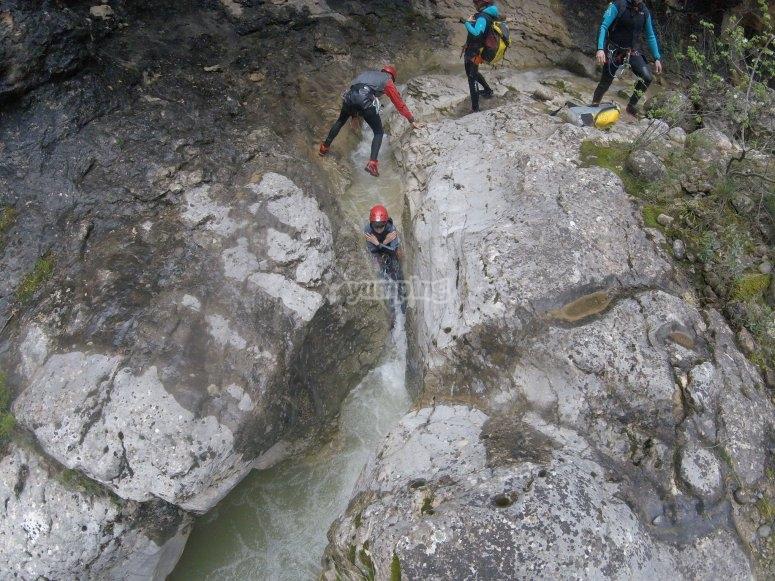 Barranco acuatico dificultad media en los Pirineos
