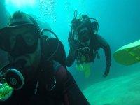 chicos buceando en el mar