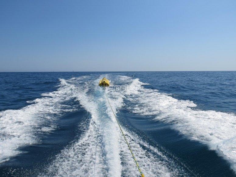 estela en el mar de banana boat