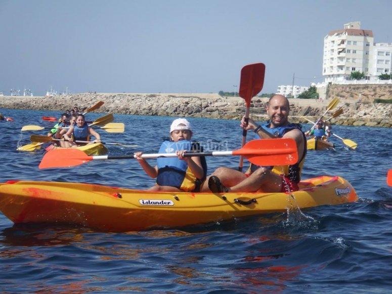 Padre e hijo disfrutando de una tarde de kayak