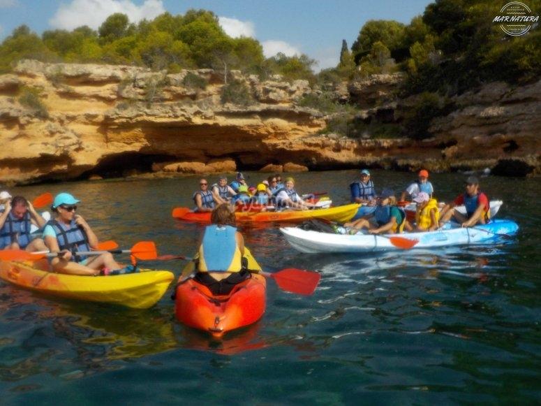 Grupo navegando en kayak doble