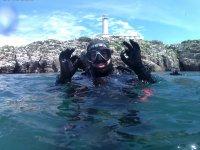 Operatore subacqueo in superficie del mar