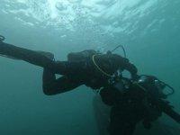 Aprendiendo técnicas de buceo bajo el mar