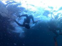 Sumergiéndose en el mar con el equipo de buceo