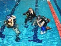 Buzos durante el curso en la piscina