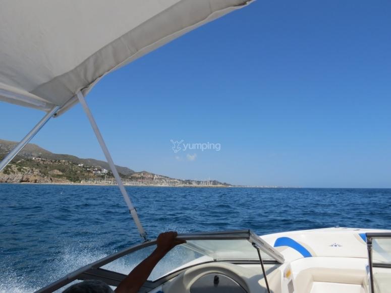 lancha en costa catalana