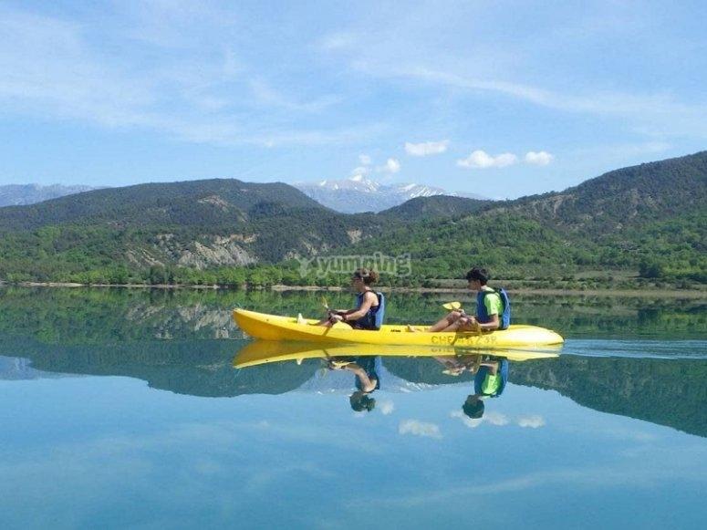 Navegando en kayak en aguas claras