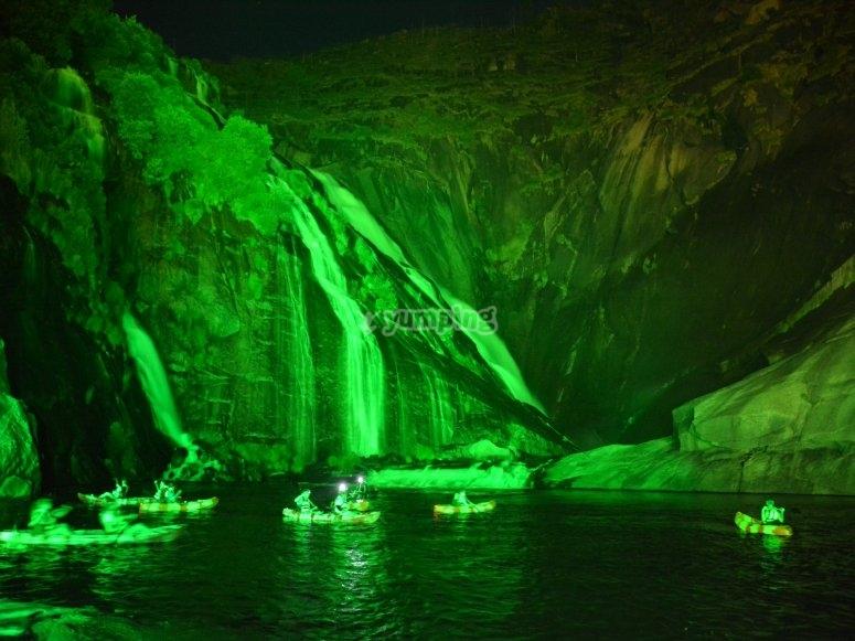 cascada  y grupo de kayak