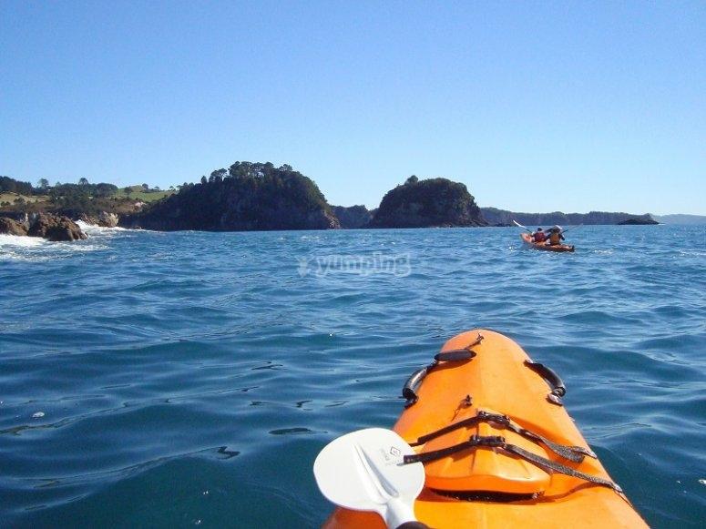 Haciendo una ruta en kayak por mar