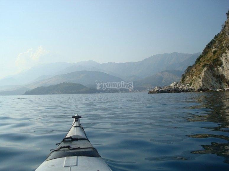 Navegando en kayak cerca de la costa