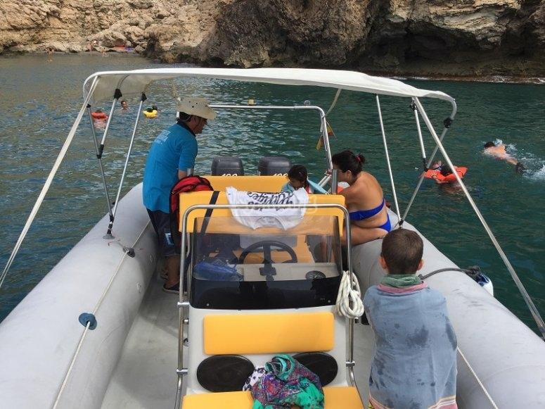 Familia navegando en barco