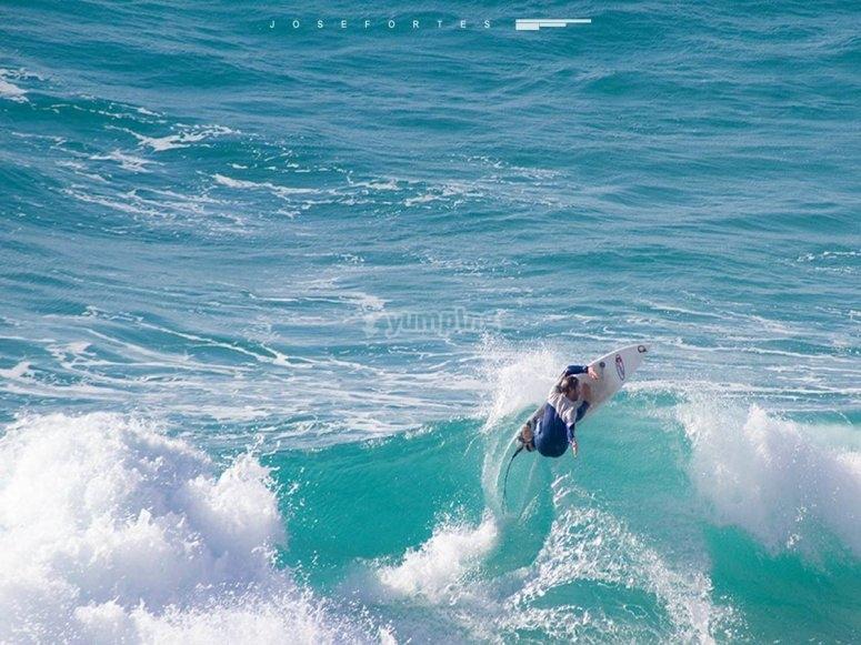 在加的斯冲浪