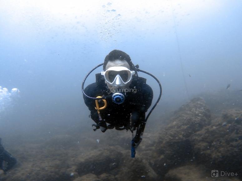 潜水在海中