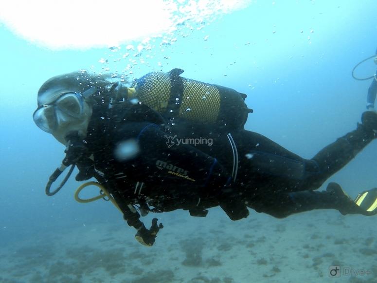 潜水员使用-999上的所有设备-潜水员在水下推进