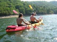 路线皮划艇男子在独木舟独木舟组