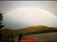 Arco iris sobre el lago