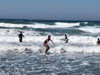 surfing en la playa
