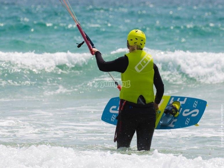 Metiéndose en el agua con el equipo de kitesurf