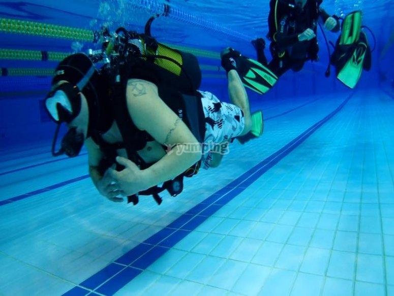 适应游泳池中的水