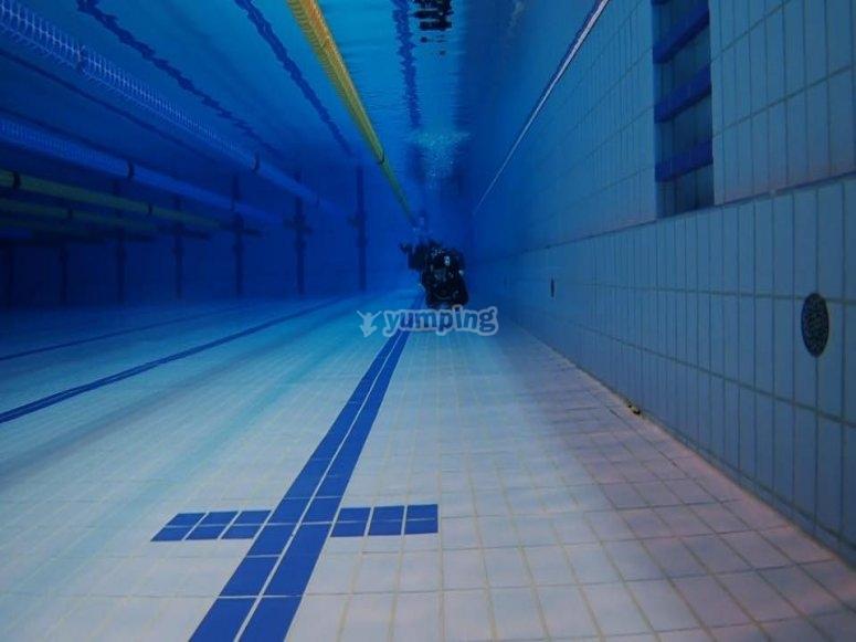 游泳池底部的潜水员