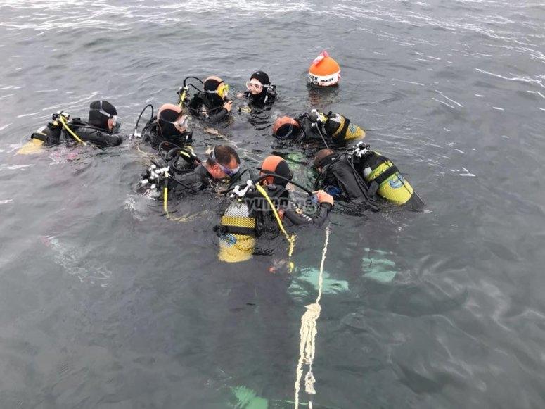 Divers prima di iniziare l'immersione