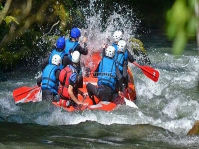 Family rafting in the trail of the Gallego river