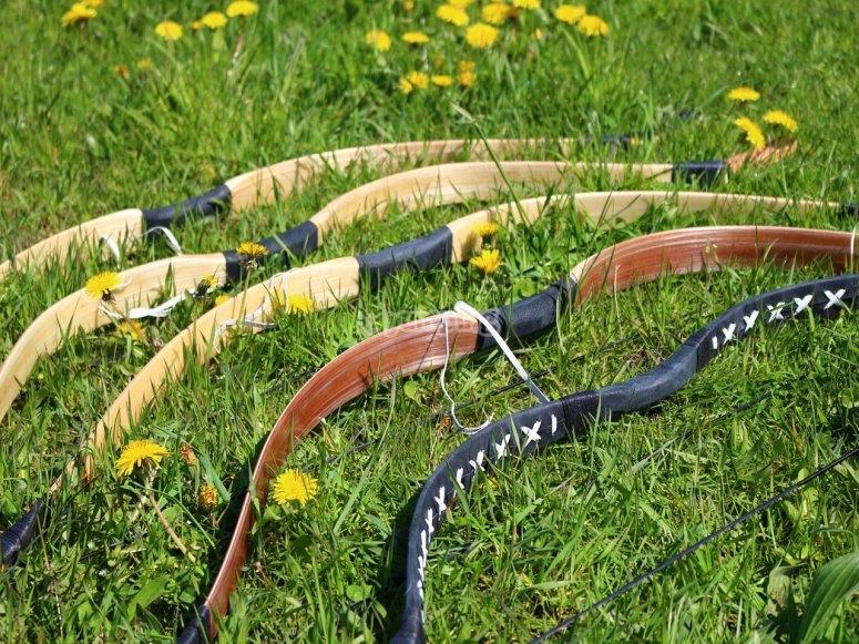 si inchina nell'erba