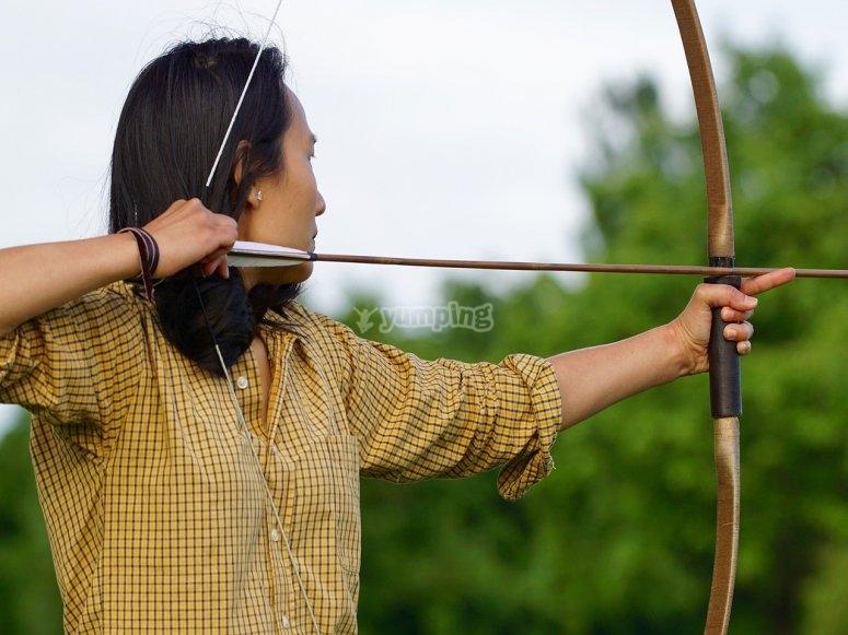 donna che punta con l'arco