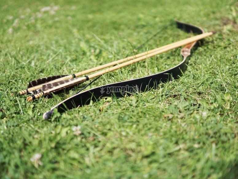 arco e frecce sul terreno