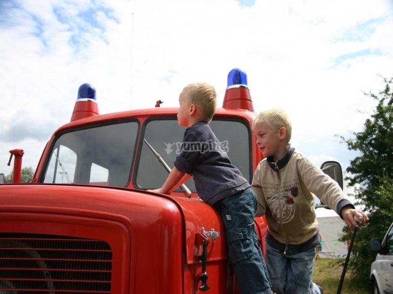 chicos en un coche rojo